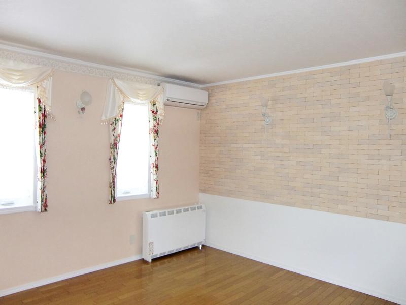 カラフルな壁紙が目を惹く家