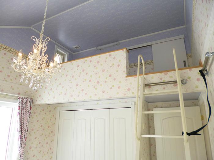 色とりどりの壁紙が印象的な、色彩豊かな家